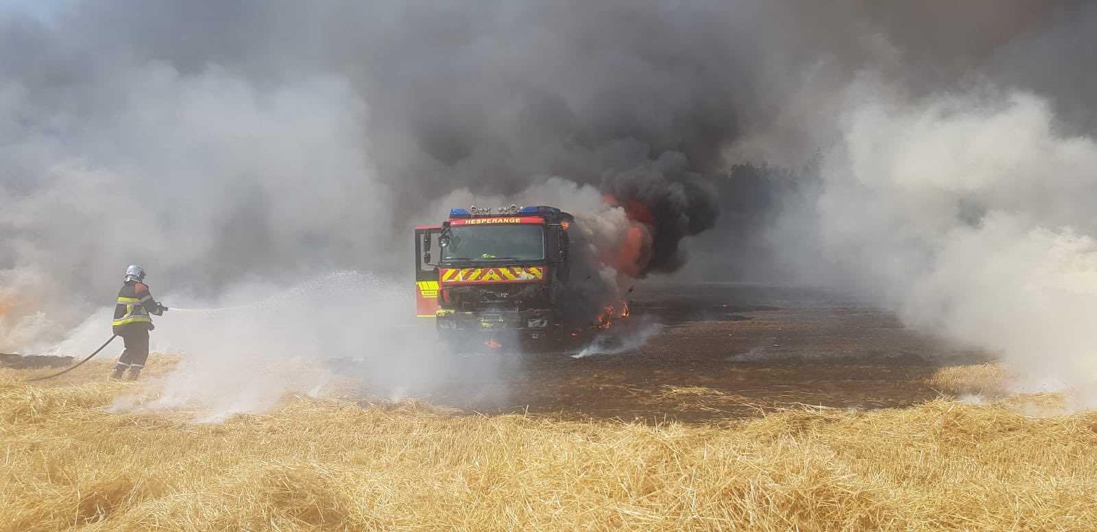 Großbrand greift auf Feuerwehrfahrzeug über